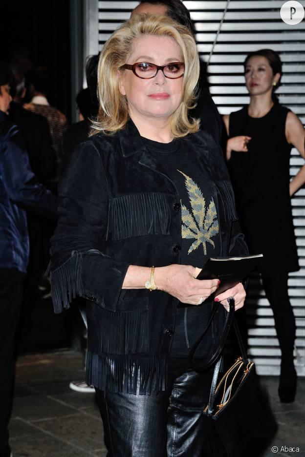 Catherine Deneuve ose le pull cannabis au défilé Saint Laurent.