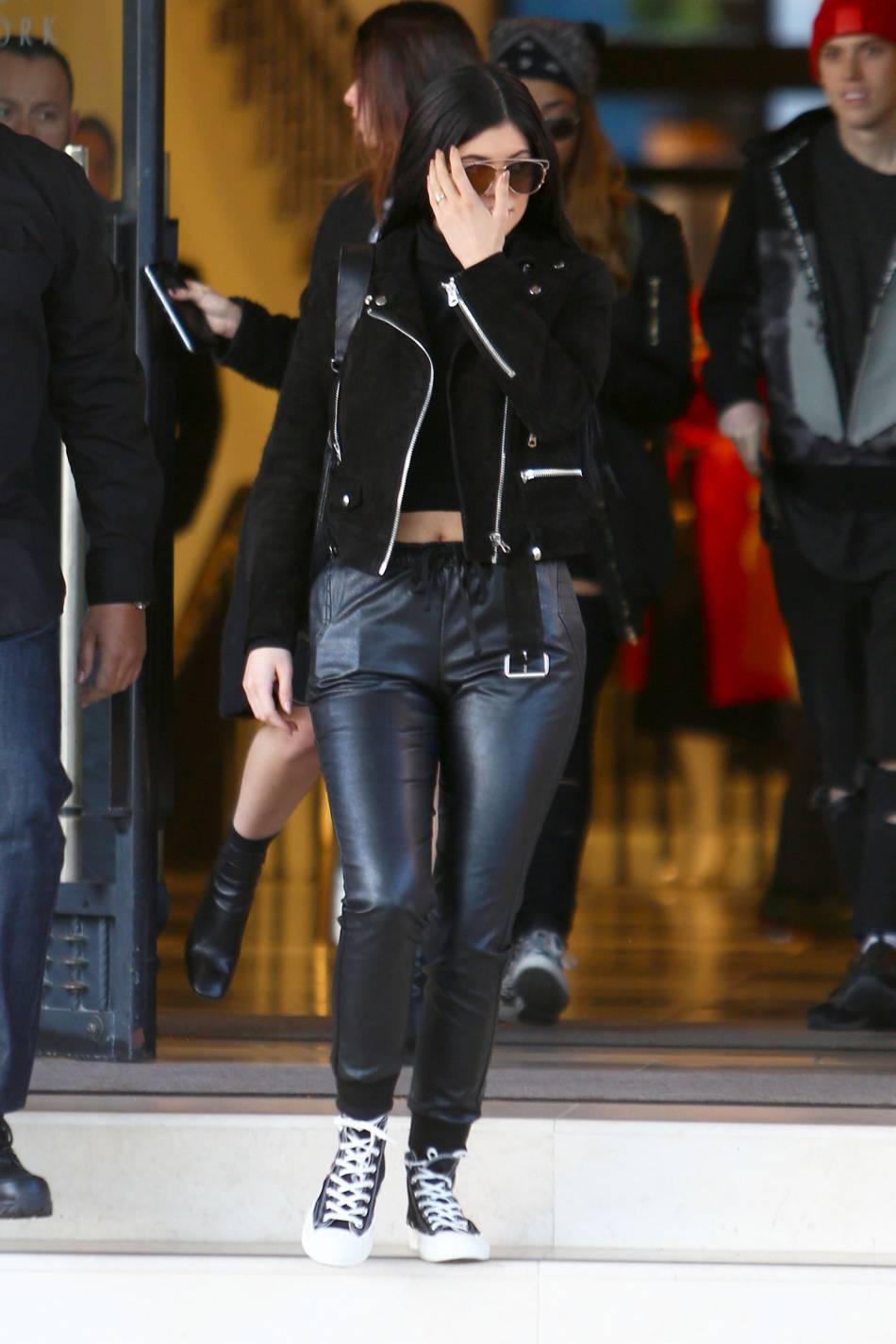Kylie Jenner opte pour un peu de sobriété avec un total look noir.