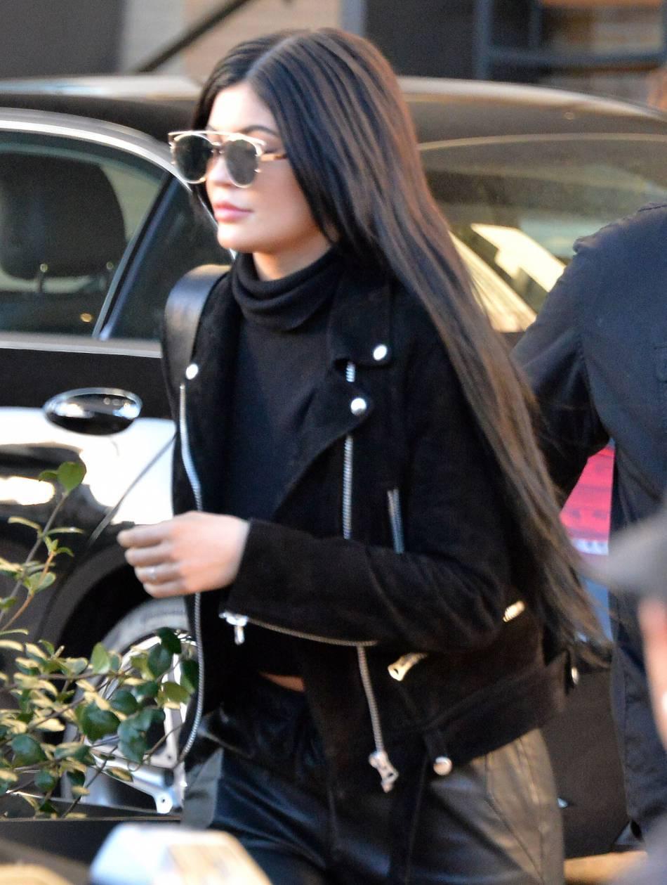 Kylie Jenner affiche une chevelure de sirène, sûrement un miracle de la nature.