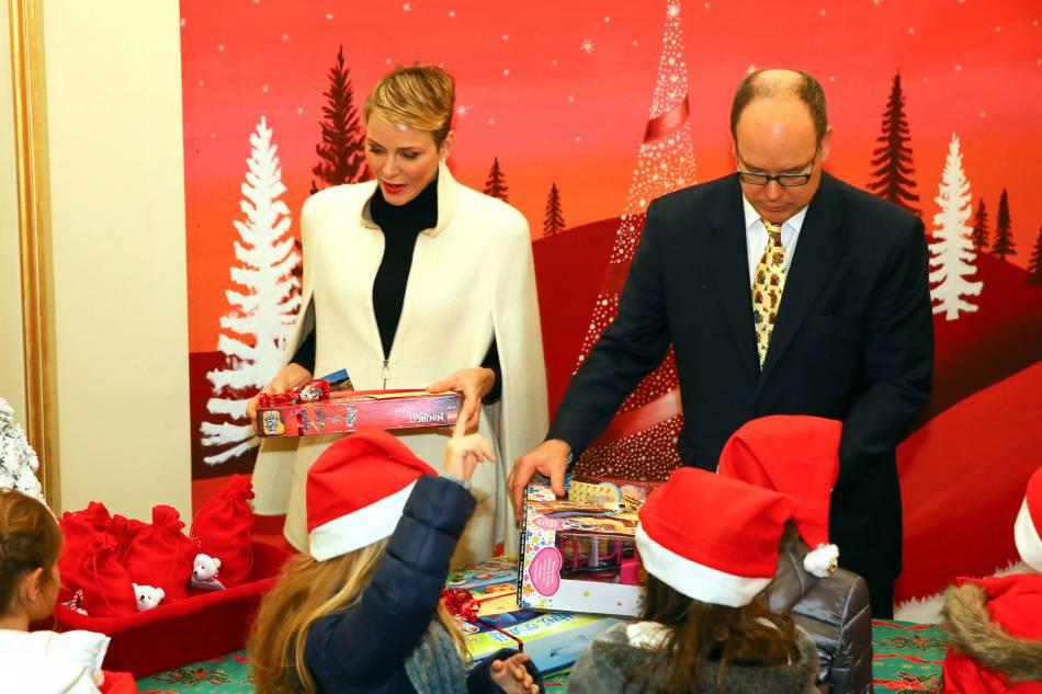 Charlènede Monaco et Albert II de Monaco en pleine distribution de cadeaux ce16 décembre 2015.