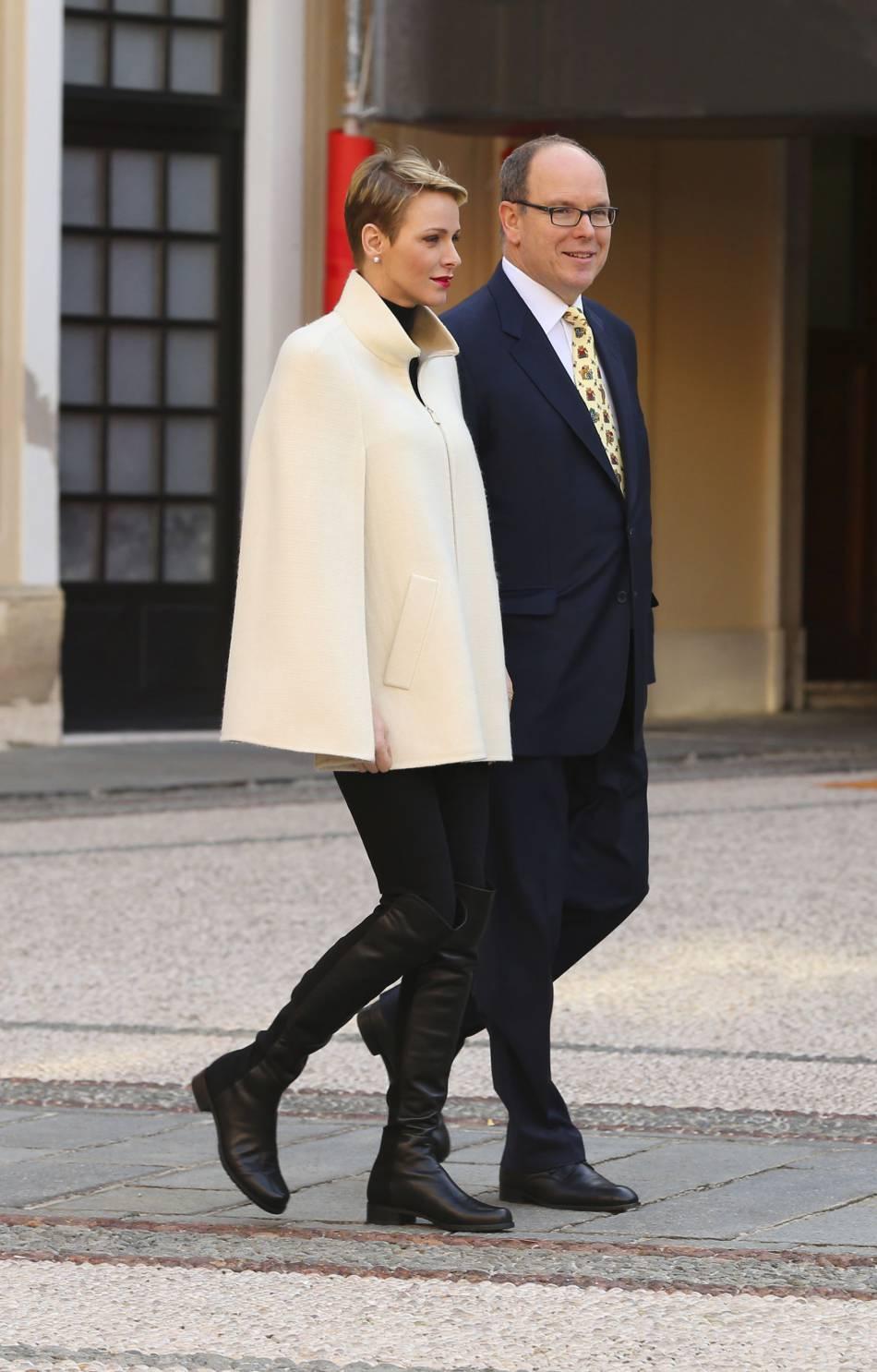 Charlènede Monaco et Albert II de Monaco célèbrent Noël avec les enfants de la principauté cemercredi 16 décembre 2015.