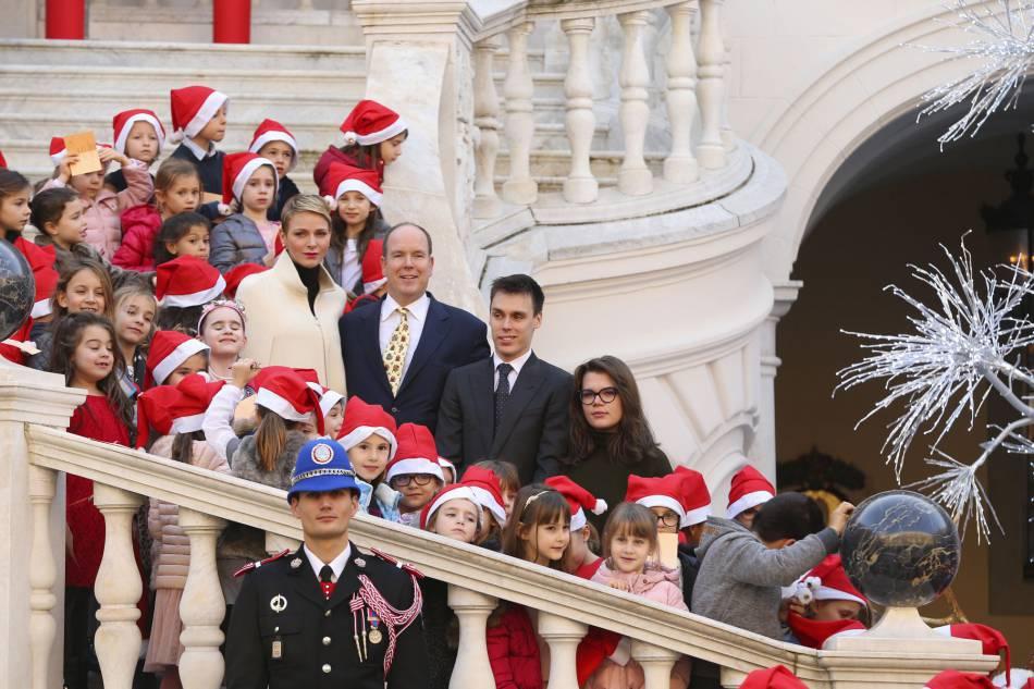 Charlènede Monaco, Albert II de Monaco,Louis Ducruet et Camille Gottlieb entourés des enfants de la Principauté de Monaco ce16 décembre 2015.