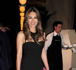 """Elizabeth Hurley, toujours aussi éprise de petites robes sexy, joue les reines d'Angleterre dans la série """"Royals""""."""