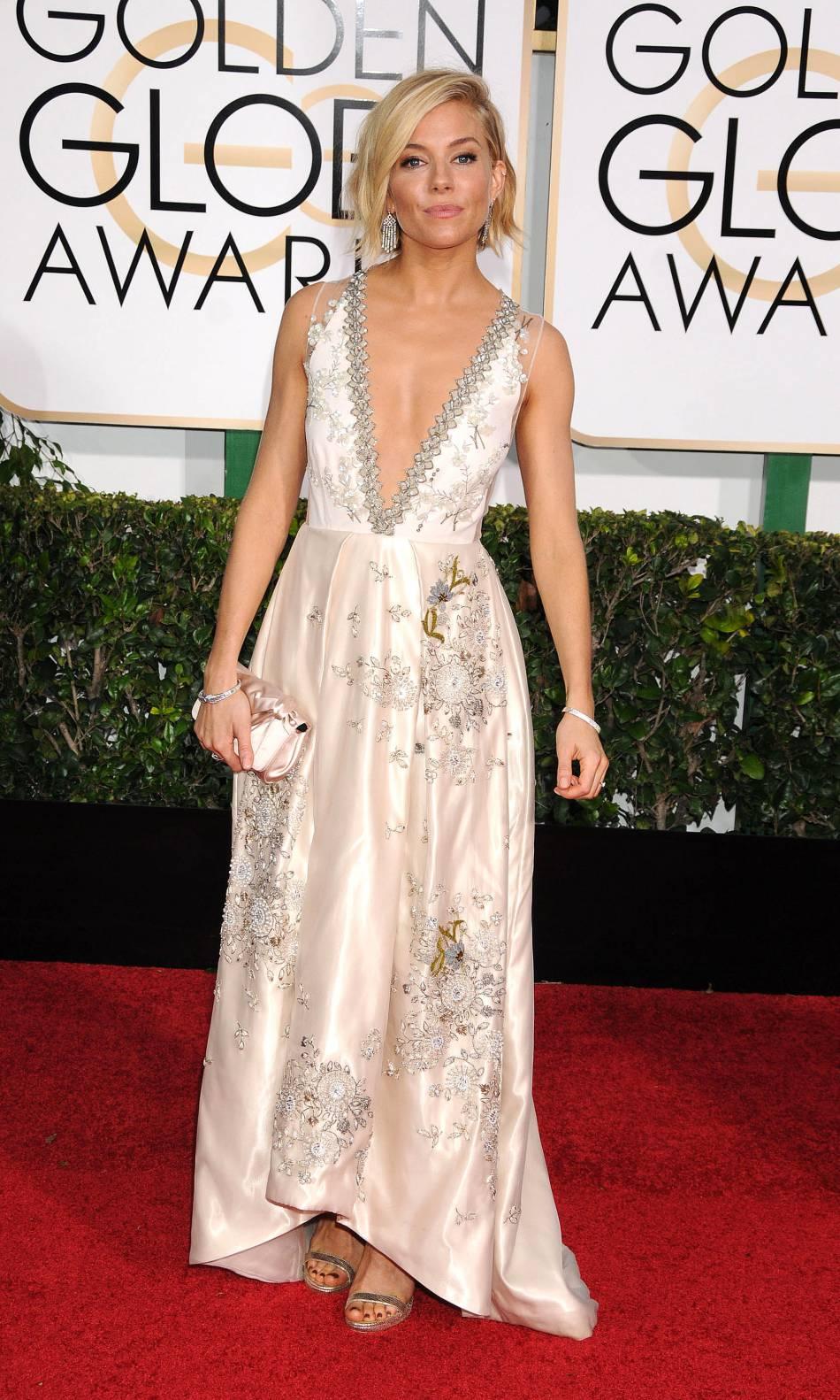 Sienna Miller, radieuse dans une robe Miu Miu à son arrivée à la cérémonie des Golden Globes, en janvier 2015.