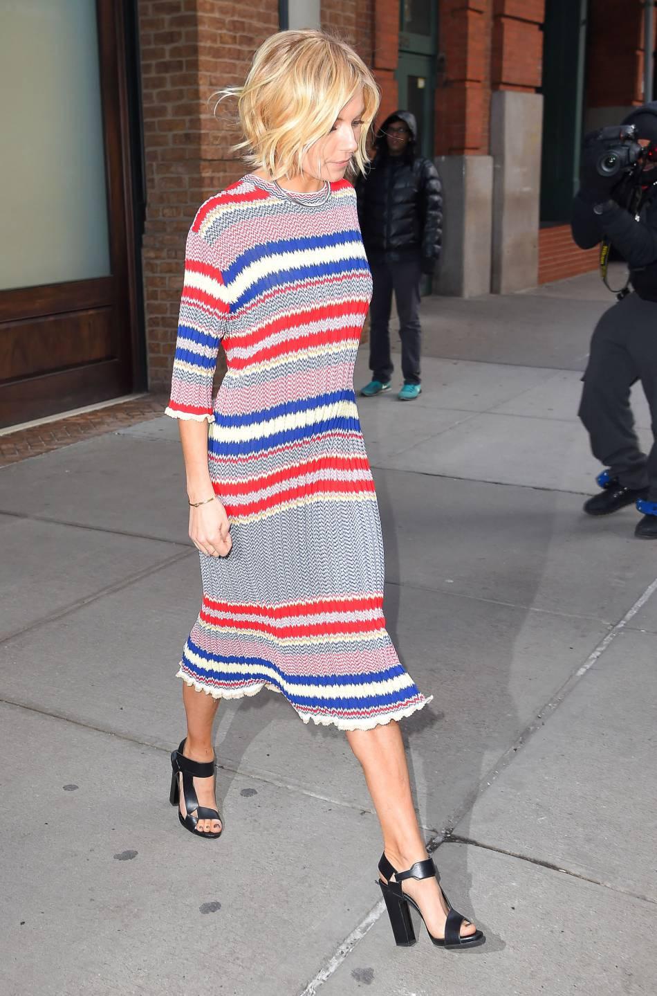 Sienna Miller, stylée sans chichis dans une robe en maille signée Céline.