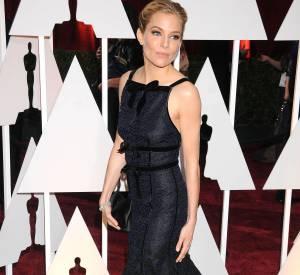 Sienna Miller joue la carte du chic absolu avec cette robe Oscar de la Renta mariant marine et noir.
