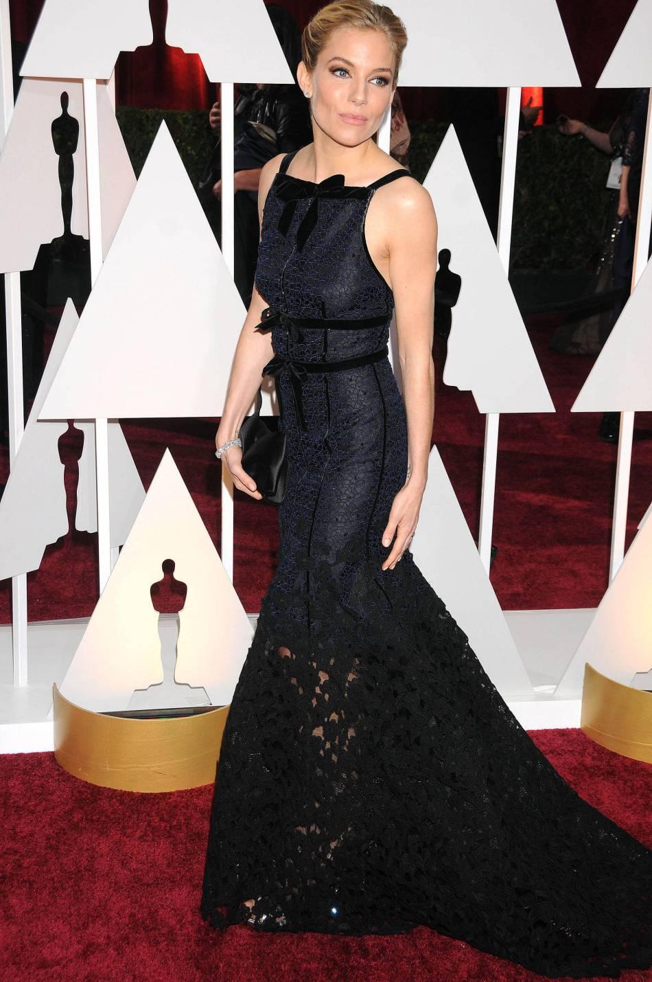 6bcf5482ed7 Sienna Miller joue la carte du chic absolu avec cette robe Oscar de la  Renta mariant