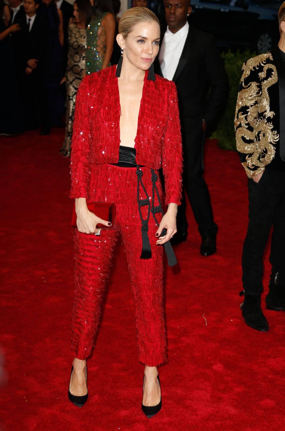 Sienna Miller nous en a mis plein la vue au MET Ball dans ce petit ensemble rouge et glitter Thakoon.