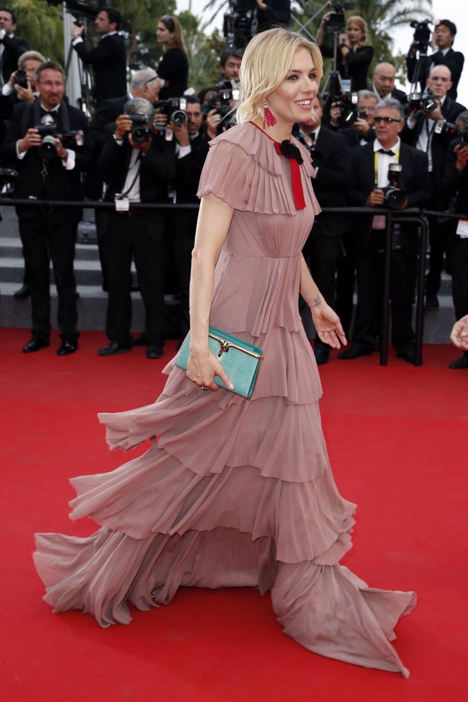Sienna Miller, féminine et bohème sur la Croisette dans une création vieux rose signée Gucci.