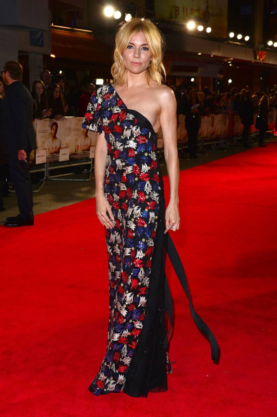 """Sienna Miller dans une robe asymétrique et fleurie toute brodée de sequins pour l'avant-première d'""""A vif"""". Cette robe est signée Marc Jacobs."""