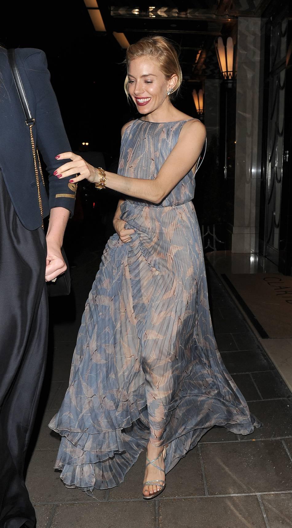 7d41d945612 Sienna Miller mise sur le romantisme dans une robe pastel signée Valentino  pour la soirée Women