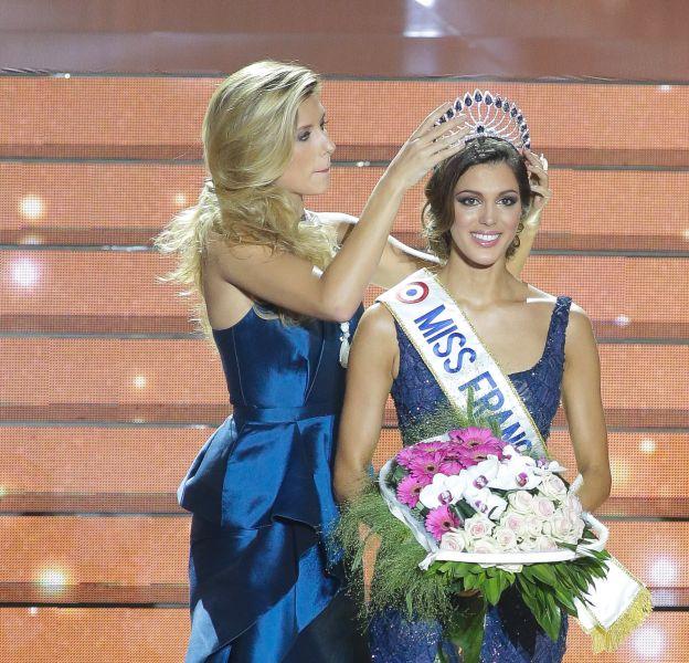Iris Mittenaere a reçu son titre de Miss France 2016 des mains de Camille Cerf, Miss France 2015.