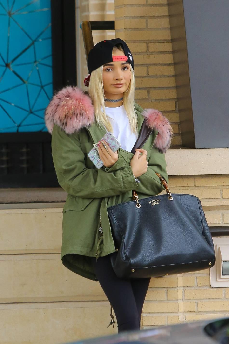 Pia Mia, adopte le style de Kylie Jenner.