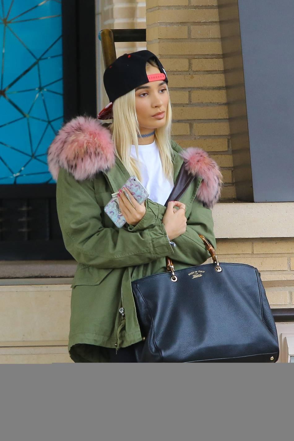 Pia Mia avec une doudoune et une casquette sur la tête, comme sa copine Kylie.