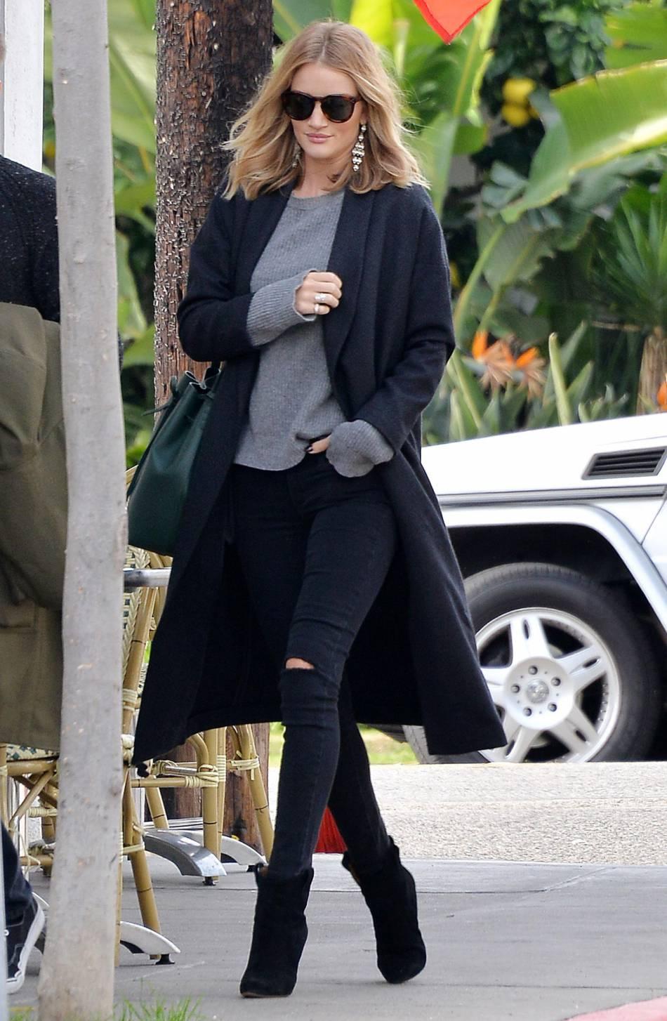 Rosie Huntington-Whiteley dans les rues de Los Angeles le 20 décembre 2015.