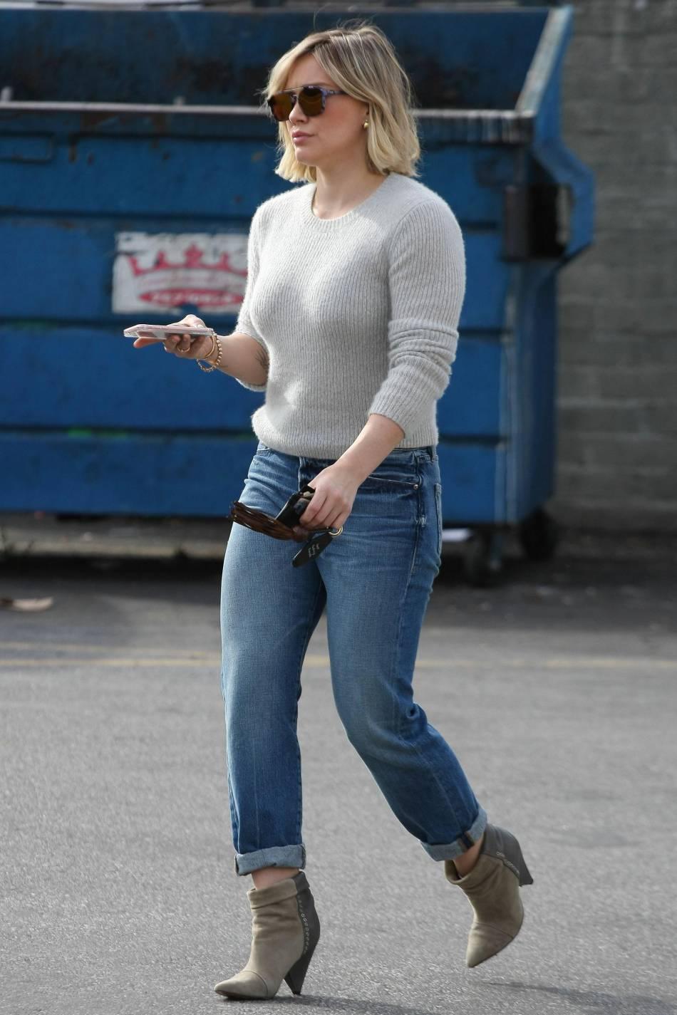 Hilary Duff arbore un look casual pour faire son shopping de Noël à Los Angeles ce jeudi 24 décembre.