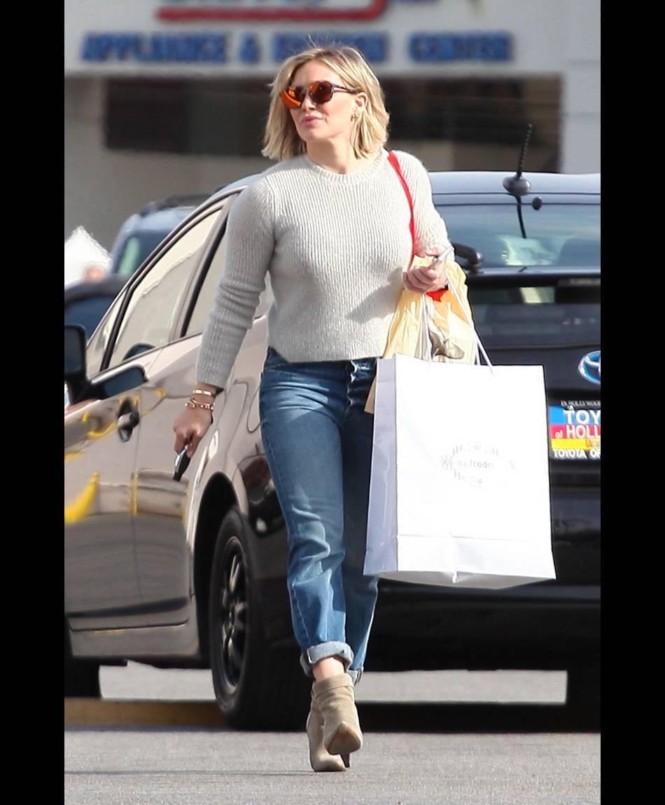 Hilary Duff nous donne une leçon de mode pour cet hiver doux