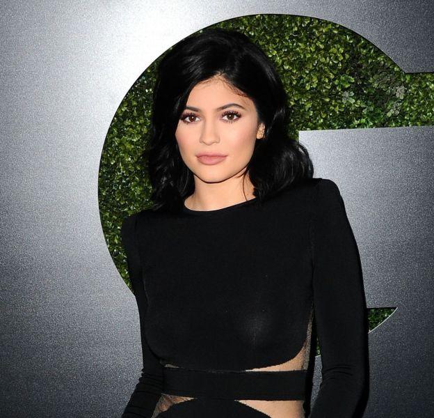 Kylie Jenner est tellement fan de ses courbes qu'elle n'hésite plus un seul instant à retirer le haut pour montrer son corps tonique.