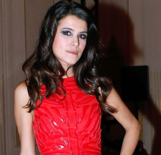 Karine Ferri porte souvent du noir mais le rouge lui va pourtant si bien.