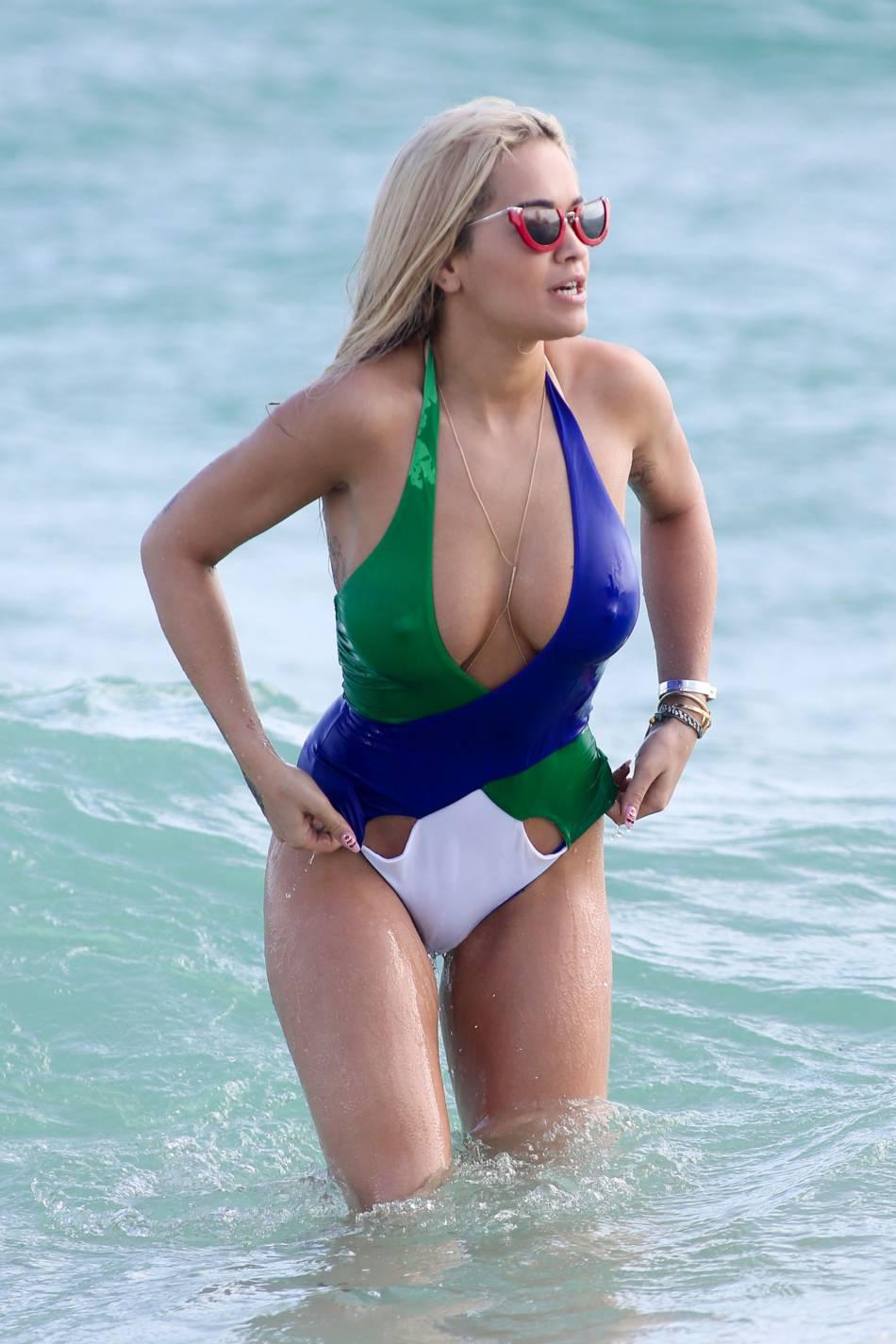 La chanteuse anglaise mise sur un maillot de bain laissant très peu de place à l'imagination...