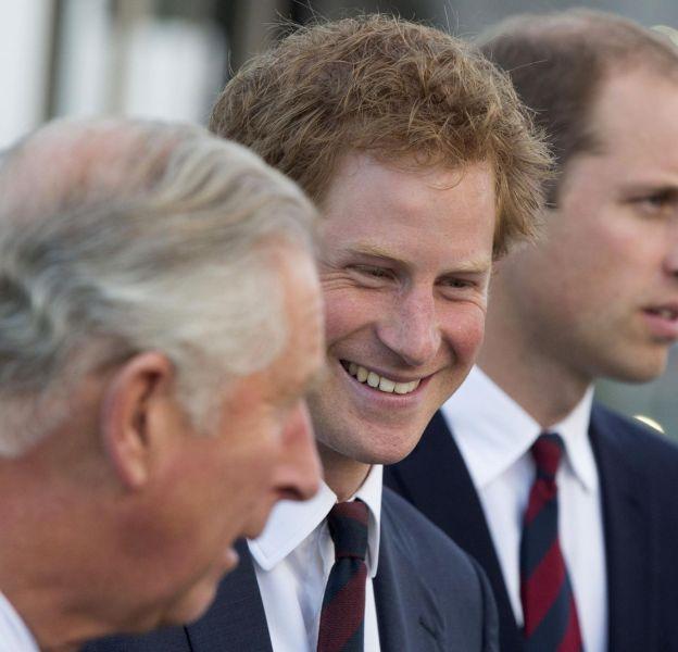 Le prince Charles a le don d'embarrasser ses fils Harry et William.