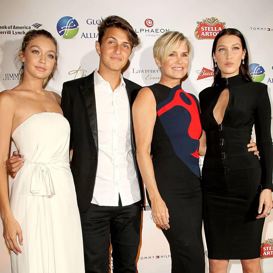 Anwar Hadid aux côtés de ses deux soeurs Gigi et Bella, ainsi que de sa mère, Yolanda Foster.