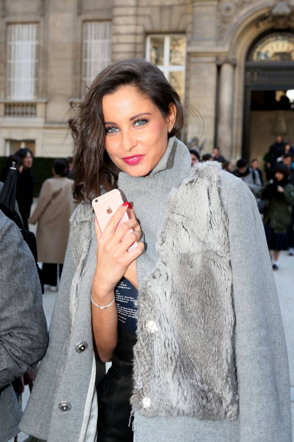 Mini dress en cuir et manteau avec détails de fourrure, elle a tout bon.