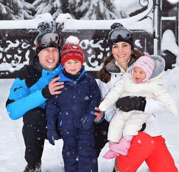 Kate Middleton, le prince William et leurs enfants Charlotte et George sur les nouveaux portraits officiels de la famille dévoilés ce 7 mars 2016.