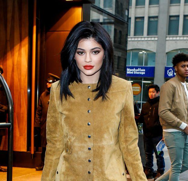 Kylie Jenner opte une nouvelle fois pour les cheveux bleus.