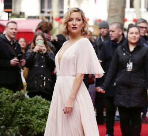 Kate Hudson porte une robe J. Mendel.
