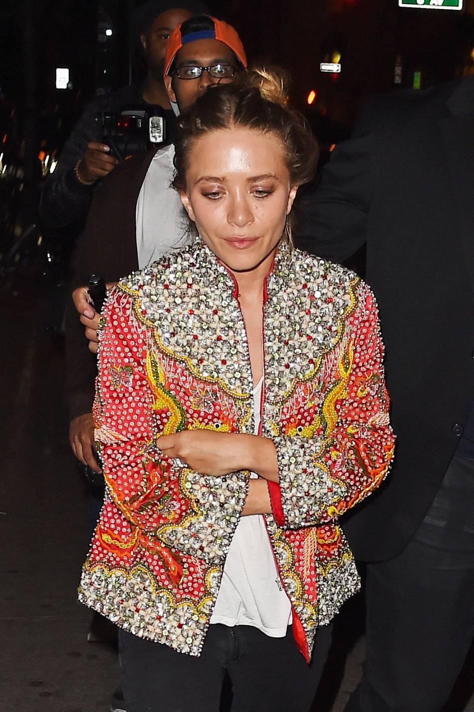 Mary-Kate Olsen possède une bague constituée de saphirs et de diamants.