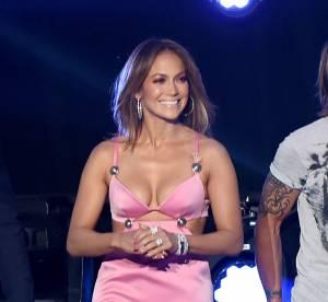 Jennifer Lopez toujours plus hot à 46 ans en robe découpée