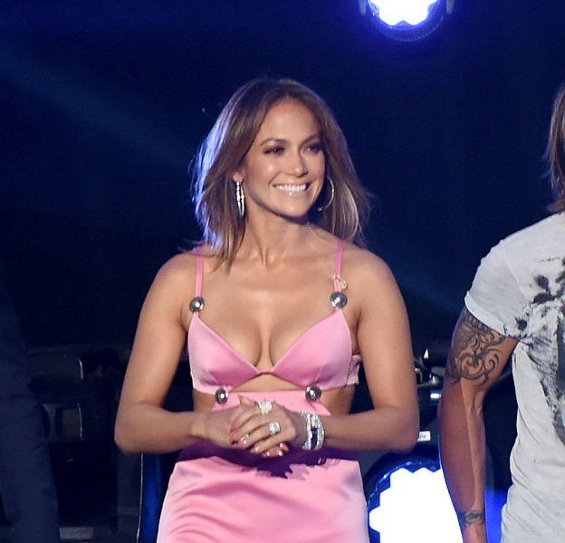 """Jennifer Lopez sur le plateau de l'émission """"American Idol"""" le 10 mars 2016 à Los Angeles."""