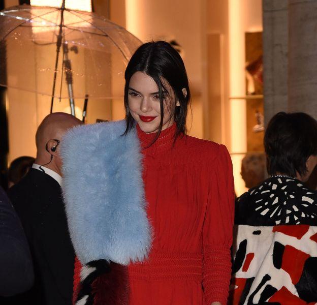 Kendall Jenner ultra torride dans sa combi rouge flamboyante.