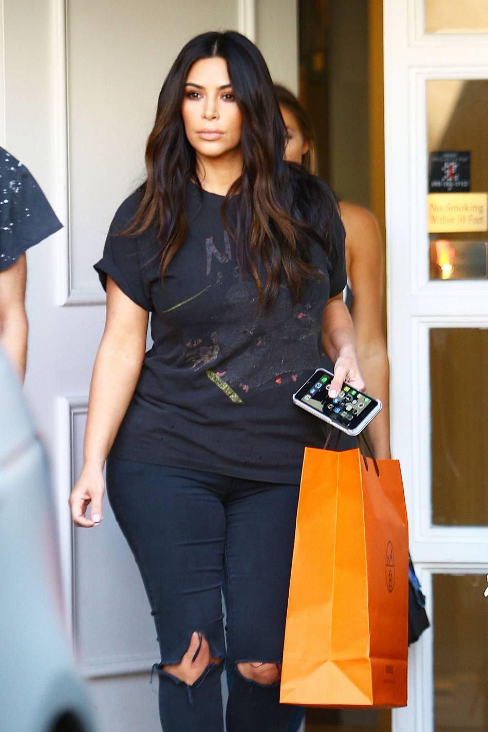 Kim Kardashian à la sortie du centre de dermatologie Epione à Los Angeles.