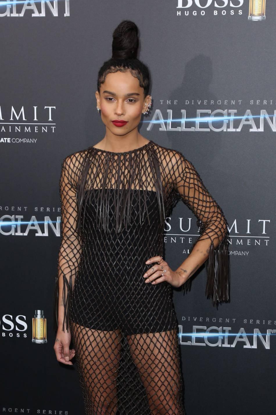 Zoë Kravitz glamour, elle laisse de côté les dreadlocks longs pour un maxi bun tendance.