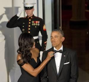 Barack apprécie toujours autant la silhouette de sa femme...
