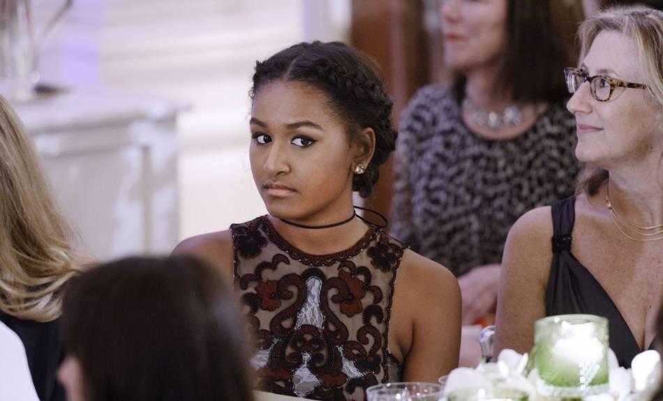 Sa soeur, Sasha Obama, a elle aussi opté pour une création luxueuse. Son prix : 19 990 dollars, soit un peu plus de 18 000 euros.