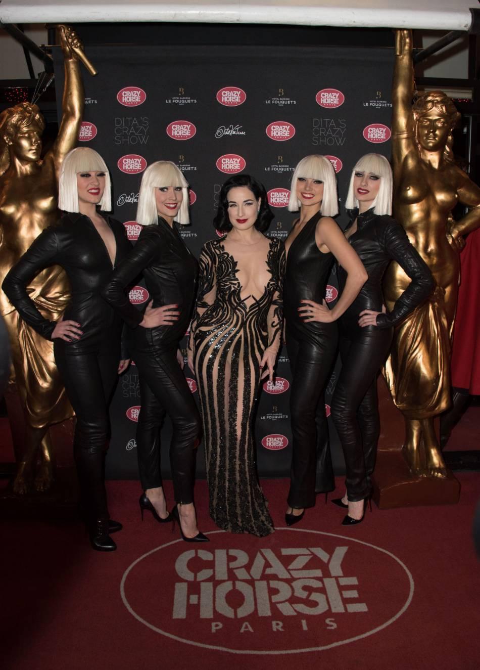 Dita Von Teese accompagnée des danseuses du cabaret.