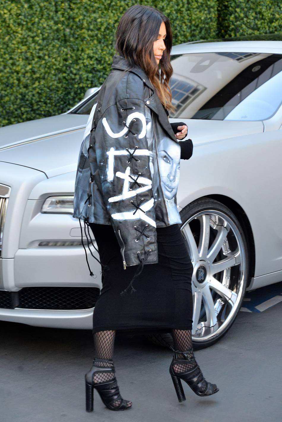 Kim Kardashian opte pour son perfecto en cuir à son effigie.