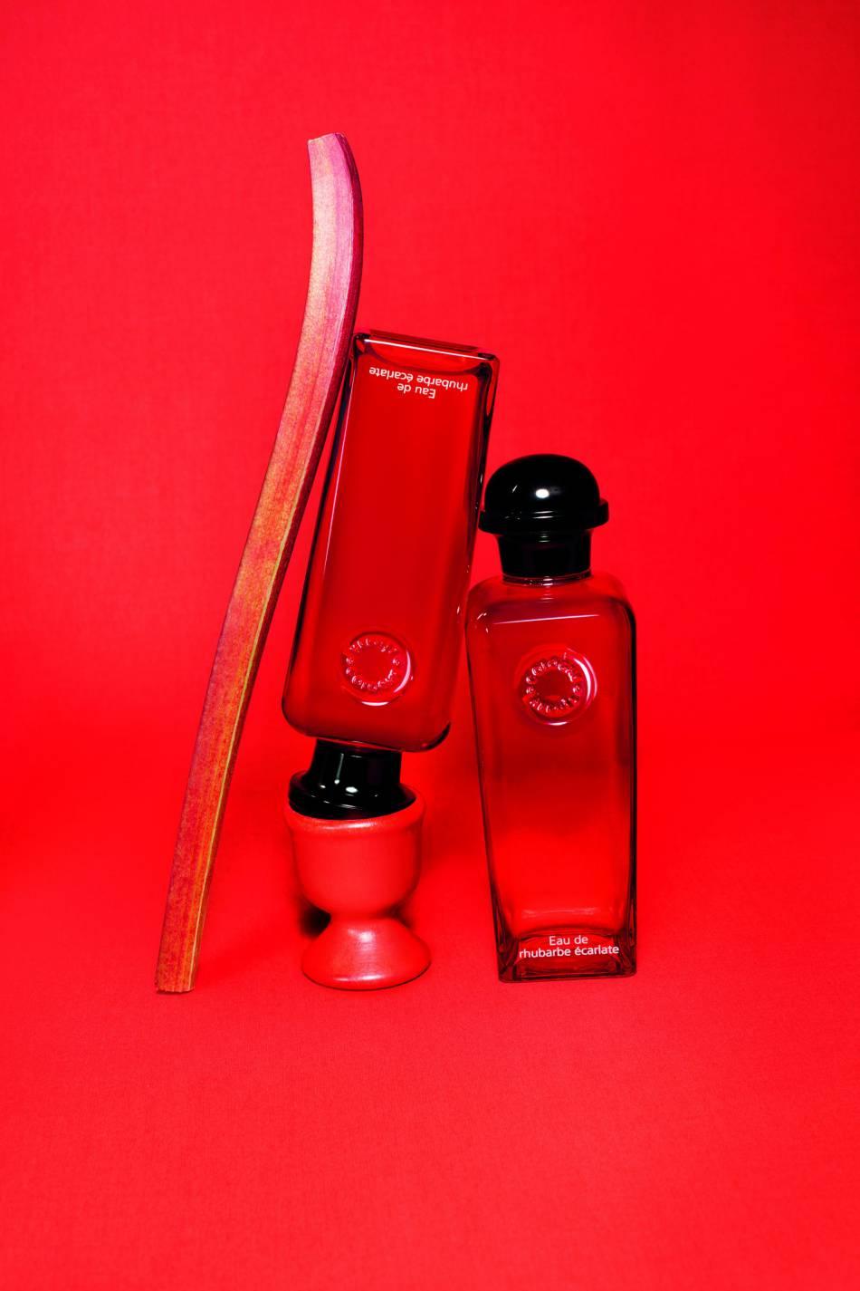L'Eau de rhubarbe écarlate emprisonne l'acidité et la fraîcheur de la rhubarbe dans un flacon.