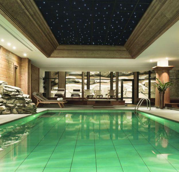 La piscine de l'hôtel les Barmes de l'Ours à Val d'Isère vaut le détour.