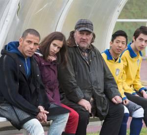 Son père (Gérard Depardieu) est l'entraîneur du club local.