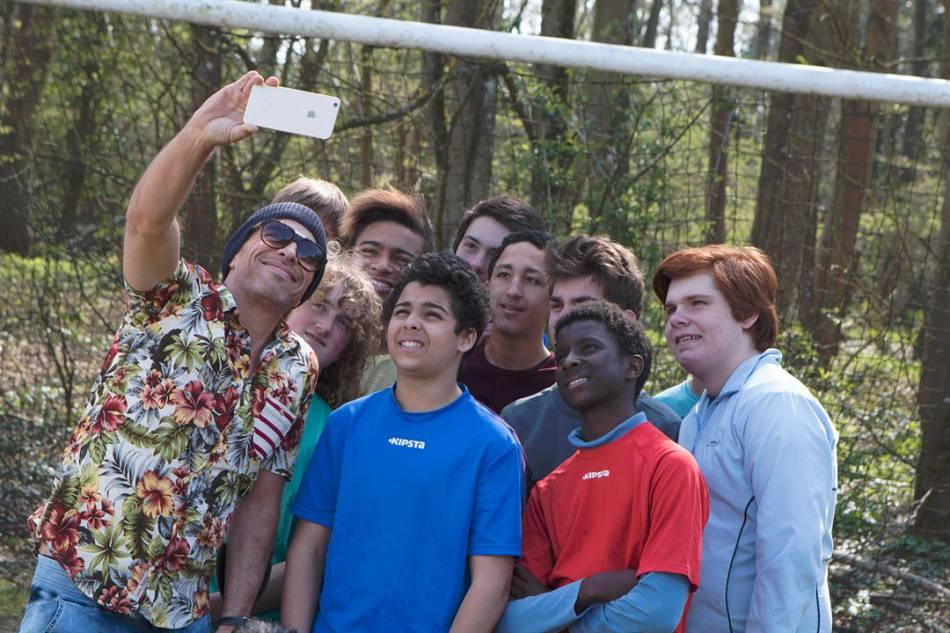 Maxime Belloc (Medi Sadoun), superstar du foot à l'ego surdimensionné est envoyé à la campagne se soigner et redorer son image.