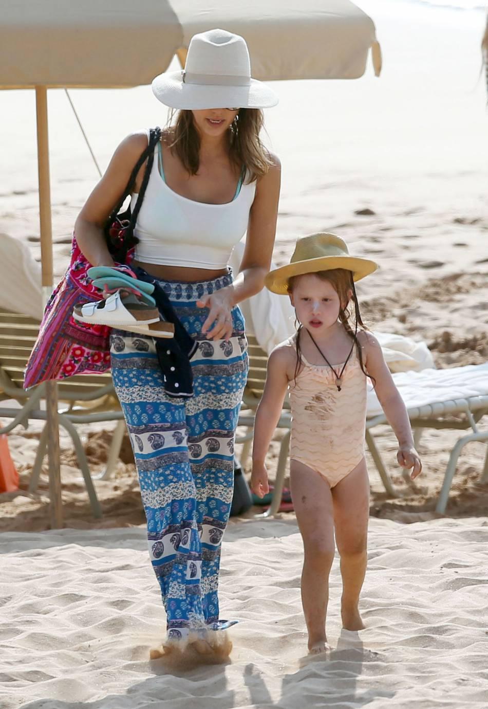 Jessica Alba opte pour un look de vacancière ultra canon.