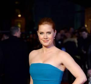 """Amy Adams, sculpturale dans sa robe bleue pour l'avant-première de """"Batman v Superman""""."""
