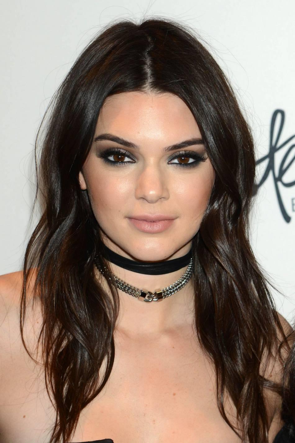 Kendall Jenner se dévoile dans un make up charbonneux qui la rend plus femme que jamais.