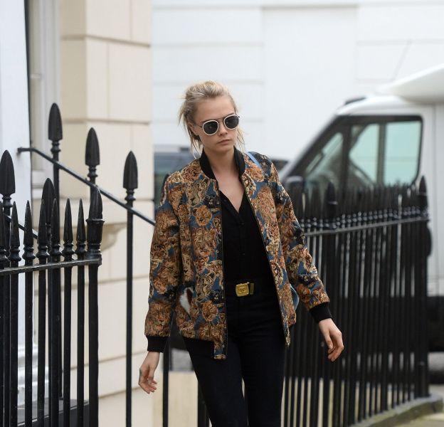 Cara Delevingne fait une apparition rock et décontractée dans les rues de Londres.