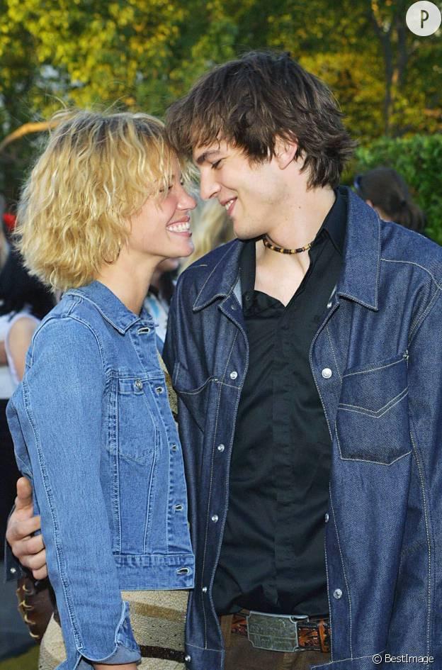 Ashton Kutcher et Ashley Scott en 2001.