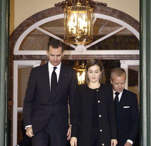 Letizia Ortiz et le roi Felipe VI à l'ambassade de Belgique pour signer le livre de condoléances.